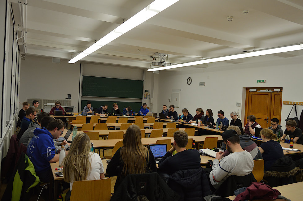Bild einer Sitzung des Fachschaftsrats im Januar 2020. Diese fand im Potthoff-Bau, Raum 13 statt.